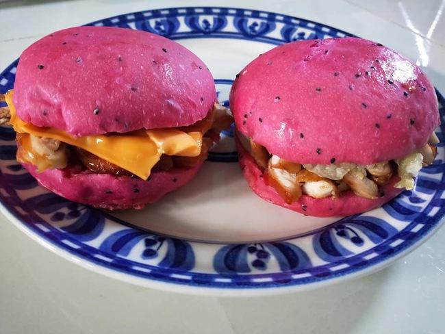 """Hết bánh mì, bánh tráng, bánh cuốn... giờ lại đến hamburger thanh long đỏ khiến chị em """"phát sốt"""" vì món bánh màu hồng ngọt ngào - Ảnh 4."""