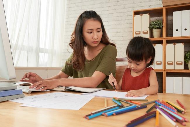 Làm việc ở nhà nhưng con nhỏ nghịch ngợm khó quản? 10 bí quyết sau sẽ giúp chị em công sở tăng năng suất mà không bị ảnh hưởng bởi bất cứ ai - Ảnh 2.