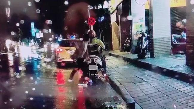 Cãi nhau với vợ vì không biết ăn gì cho bữa tối, người đàn ông tức giận cầm dao đâm chết người dưng đang đứng trên lề đường - Ảnh 2.