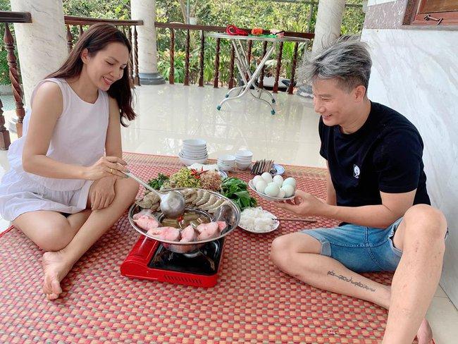 Hoàng Bách thích thú khi được vợ nấu lẩu mắm cho ăn giữa mùa dịch.
