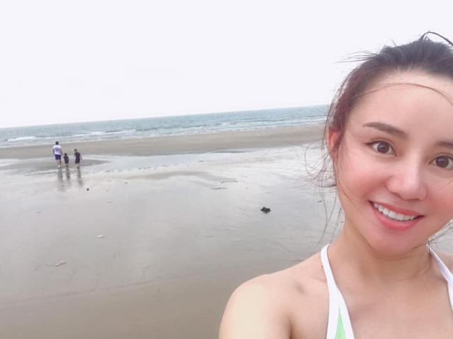 Vy Oanh cùng chồng và hai con ra biển chơi.