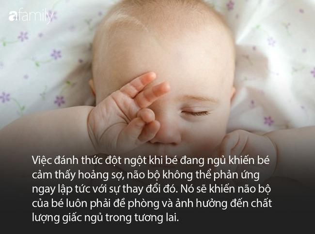 Đang ngủ bị đánh thức đột ngột, em bé biểu cảm cực đơ khiến người lớn cười sặc sụa mà không biết nguy hiểm đang rình rập bé - Ảnh 4.