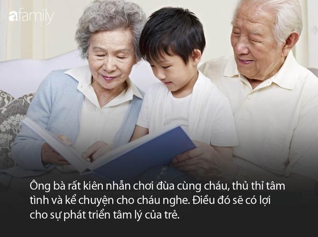 Hình ảnh ông nội và ông ngoại ngồi như tượng sáp nhìn chằm chằm vào chiếc cũi khiến ai nấy phải bật cười thích thú - Ảnh 3.