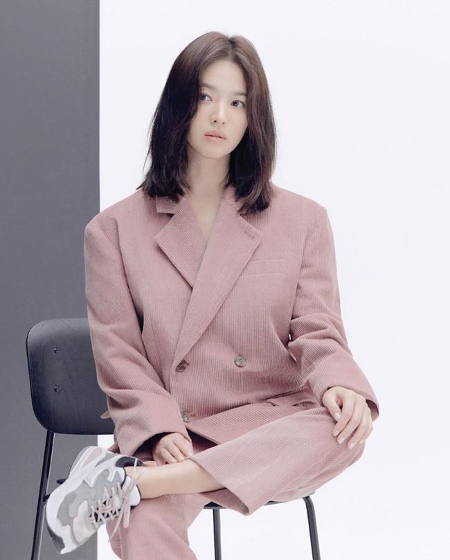 """Nhìn lại mới thấy, đây là kiểu tóc giúp Song Hye Kyo """"cải lão hoàn đồng"""" ngoạn mục nhất? - Ảnh 2."""