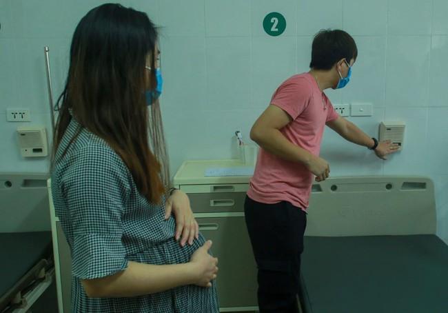 Đôi vợ chồng trẻ trở về từ Vũ Hán vỡ oà hạnh phúc khi hết thời gian cách ly được sinh con ngay tại quê nhà - Ảnh 3.