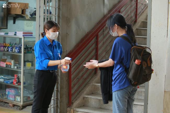 Ảnh: Sinh viên quay trở lại trường học sau kì nghỉ phòng Covid-19, đo thân nhiệt ngay từ cổng trường, nước rửa tay và khẩu trang phát miễn phí - Ảnh 2.