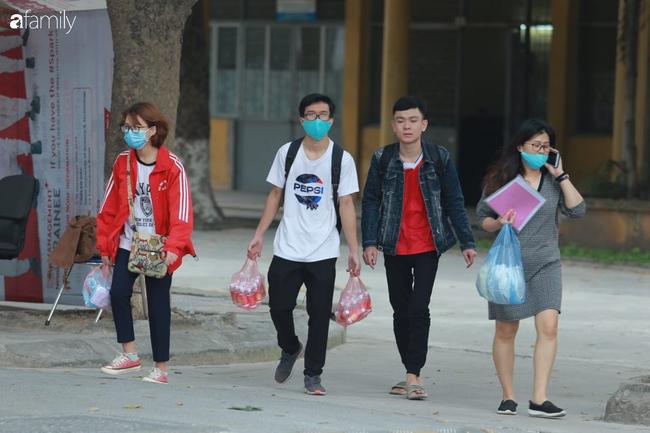 Ảnh: Sinh viên quay trở lại trường học sau kì nghỉ phòng Covid-19, đo thân nhiệt ngay từ cổng trường, nước rửa tay và khẩu trang phát miễn phí - Ảnh 7.
