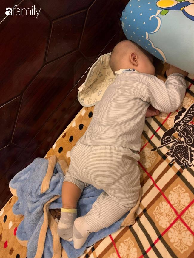 """Bé trai khiến các mẹ bỉm sữa cười đổ ghế vì dáng ngủ bá đạo, nhưng nhìn đến ảnh cuối thì phải thốt lên: """"Quá đỉnh"""" - Ảnh 1."""