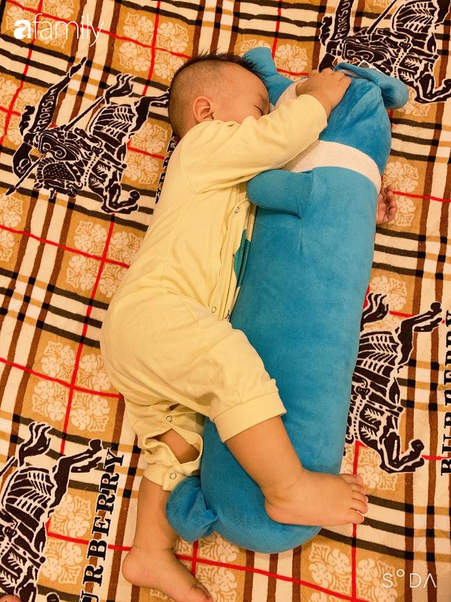 """Bé trai khiến các mẹ bỉm sữa cười đổ ghế vì dáng ngủ bá đạo, nhưng nhìn đến ảnh cuối thì phải thốt lên: """"Quá đỉnh"""" - Ảnh 2."""