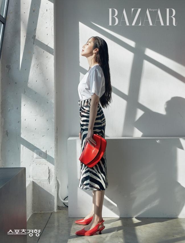 """""""Tình cũ Lee Min Ho"""" Park Min Young khoe lưng trần quyến rũ cùng nhan sắc đỉnh cao trên bìa tạp chí danh tiếng - Ảnh 3."""