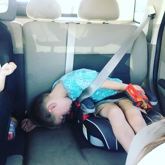 Giữa tâm dịch nhưng bố mẹ vẫn kịp lưu lại loạt ảnh chứng minh sự thoải mái 'vô đối' của trẻ trong mọi tình huống là có thật - Ảnh 1.