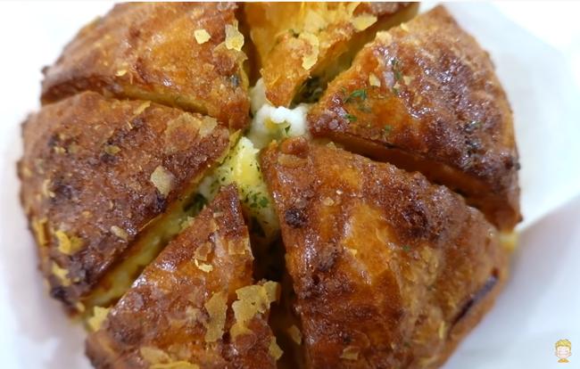 """Ngắm cận cảnh quá trình làm ra chiếc bánh mì sốt bơ tỏi nhân phô mai - """"đặc sản"""" khiến chị em Việt điên đảo trên đường phố Hàn Quốc - Ảnh 10."""