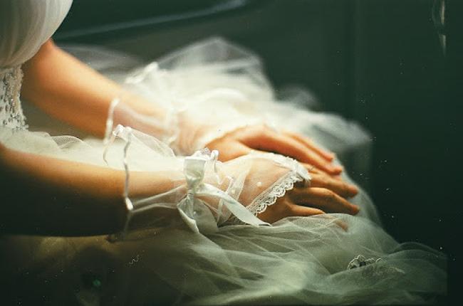 """Đêm tân hôn, chú rể líu lưỡi nói """"hoa là hoa hồng, không phải hoa sen"""", cô dâu liền đập tan bình bông rồi xốc váy chạy về nhà - Ảnh 2."""