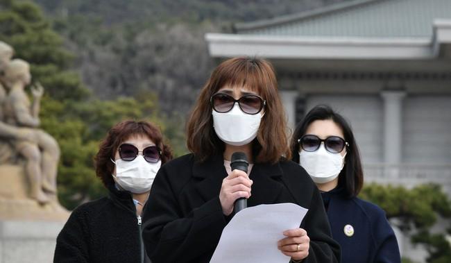 """Chỉ 10 phút cởi bỏ khẩu trang, nữ sinh Hàn Quốc bị lây nhiễm Covid-19 từ người bệnh và trải nghiệm đau đớn: """"Tôi cảm giác như ruột bị xé toạc""""  - Ảnh 2."""