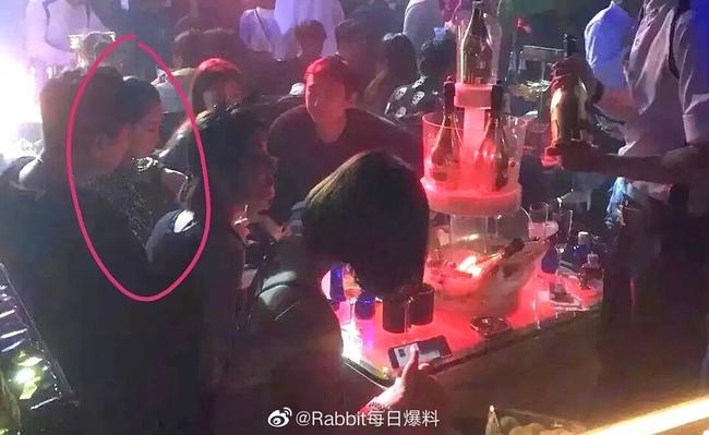 Ngu Thư Hân xuất hiện trong bữa tiệc mà Vương Tư Thông tổ chức.