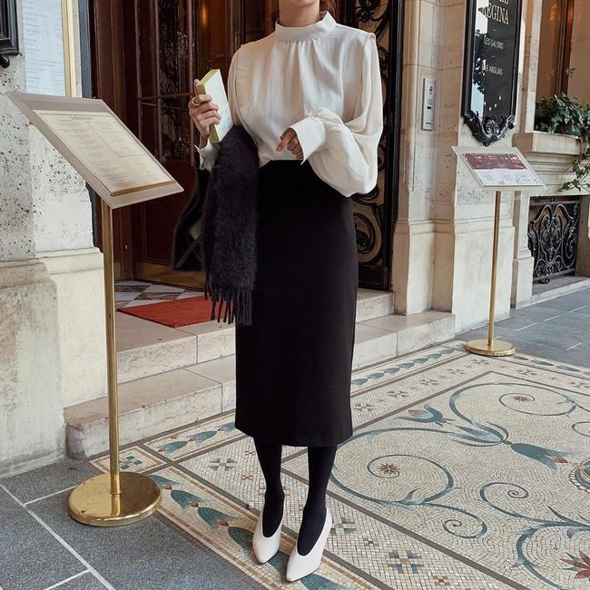 Chân váy đen dễ mặc mà cũng dễ nhạt, nhưng bạn áp dụng loạt ý tưởng sau thì xịn đẹp phải biết - Ảnh 5.