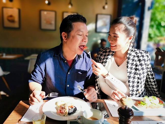 """Shark Hưng lại khiến dân tình """"lé mắt"""" khi trổ tài nấu cơm Việt bình dân, chỉ với vài nguyên liệu dân dã lượm trong vườn cho vợ ăn - Ảnh 1."""