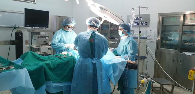 Hy hữu: Mổ cấp cứu ruột thừa cho nữ bệnh nhân trong khi đang cách ly - Ảnh 1.