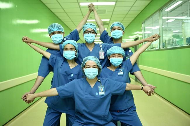 Những hình ảnh truyền cảm hứng của đội ngũ y tế mọi miền giữa tâm dịch Covid-19 - Ảnh 6.
