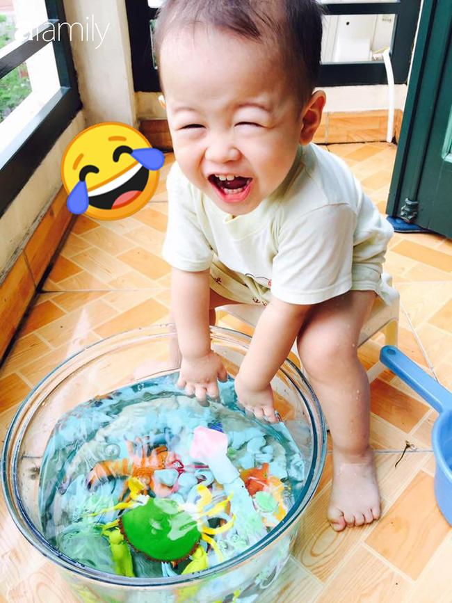 Con chơi gì cũng nhanh chán, mẹ Hà Nội tự tay làm đủ các loại đồ chơi vừa dễ vừa rẻ và phát hiện điều bất ngờ ở bé - Ảnh 6.