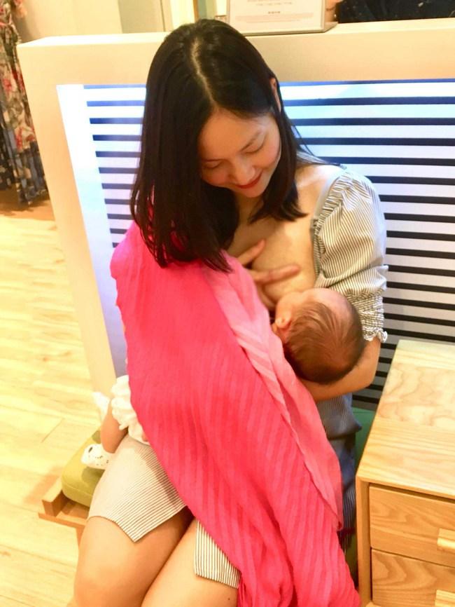Thoải mái đăng khoảnh khắc lộ ngực khi cho con gái bú mẹ, Lan Phương khiến dân mạng bình luận ầm ầm vì điều này - Ảnh 7.