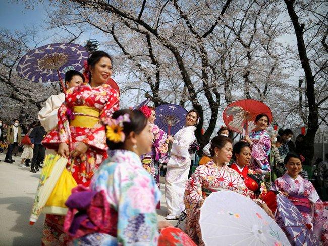 Bất chấp cảnh báo về dịch Covid-19, nhiều người ở Nhật vẫn đổ xô đi ngắm hoa anh đào và xem sự kiện tại sân vận động mà không đeo khẩu trang - Ảnh 3.