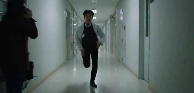 """""""Hi Bye, Mama"""": Kim Tae Hee bị xe tông vì lao ra đường cứu người, chồng trẻ nghe tin dữ bỏ luôn việc để chạy đến bên vợ - Ảnh 5."""