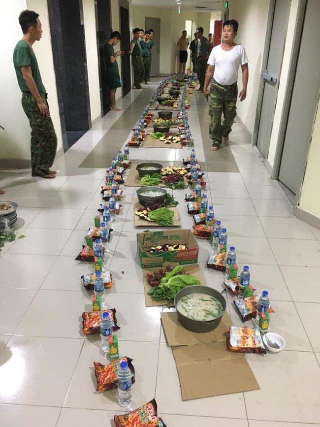 Bữa ăn khuya của những chiến sĩ làm nhiệm vụ trong khu cách ly với nồi cháo to, bim bim và nước lọc khiến ai nhìn cũng thấy nghẹn lòng - Ảnh 1.