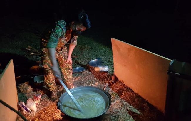 Bữa ăn khuya của những chiến sĩ làm nhiệm vụ trong khu cách ly với nồi cháo to, bim bim và nước lọc khiến ai nhìn cũng thấy nghẹn lòng - Ảnh 2.