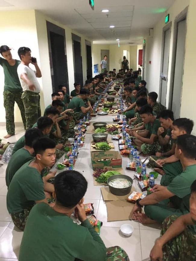 Bữa ăn khuya của những chiến sĩ làm nhiệm vụ trong khu cách ly với nồi cháo to, bim bim và nước lọc khiến ai nhìn cũng thấy nghẹn lòng - Ảnh 4.