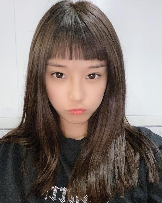 Hoàng Yến Chibi đăng ảnh cắt tóc mái hack tuổi.