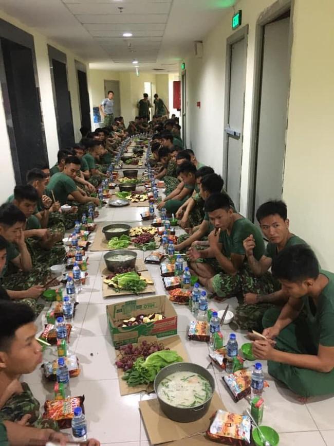 Bữa ăn khuya của những chiến sĩ làm nhiệm vụ trong khu cách ly với nồi cháo to, bim bim và nước lọc khiến ai nhìn cũng thấy nghẹn lòng - Ảnh 3.