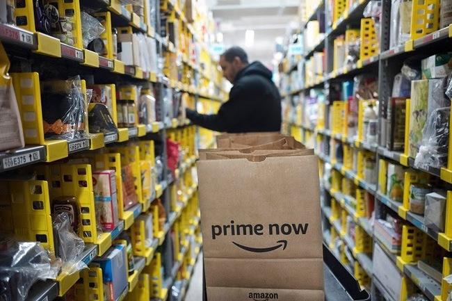 Một loạt nhà bán lẻ và tiệm tạp hoá Mỹ tăng lương, thưởng tiền cho những nhân viên phải tiếp xúc nhiều với khách hàng - Ảnh 1.