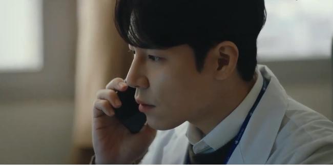 """""""Hi Bye, Mama"""": Kim Tae Hee bị xe tông vì lao ra đường cứu người, chồng trẻ nghe tin dữ bỏ luôn việc để chạy đến bên vợ - Ảnh 4."""