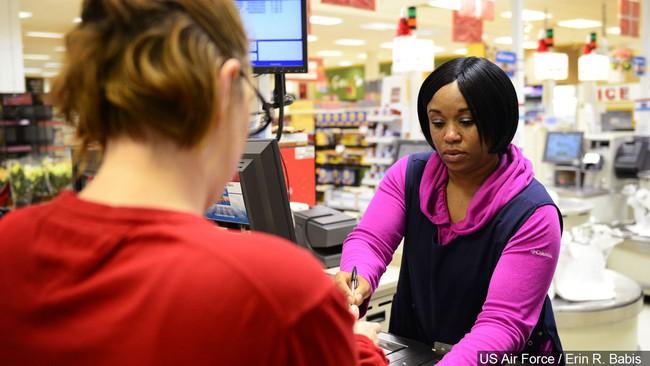 Một loạt nhà bán lẻ và tiệm tạp hoá Mỹ tăng lương, thưởng tiền cho những nhân viên phải tiếp xúc nhiều với khách hàng - Ảnh 3.
