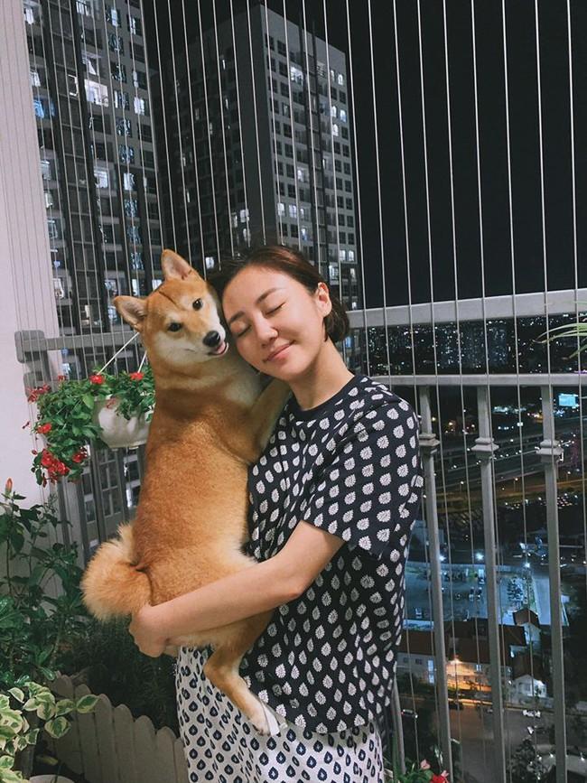 Văn Mai Hương nhắm nghiền mắt, ôm cún cưng.
