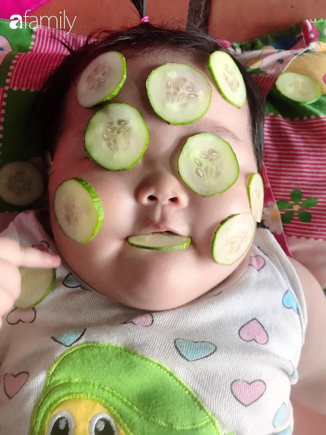 Đang được mẹ đắp mặt nạ dưa leo, bé gái bất ngờ lén lút làm một điều khiến ai thấy cũng phải cười nghiêng ngả - Ảnh 2.
