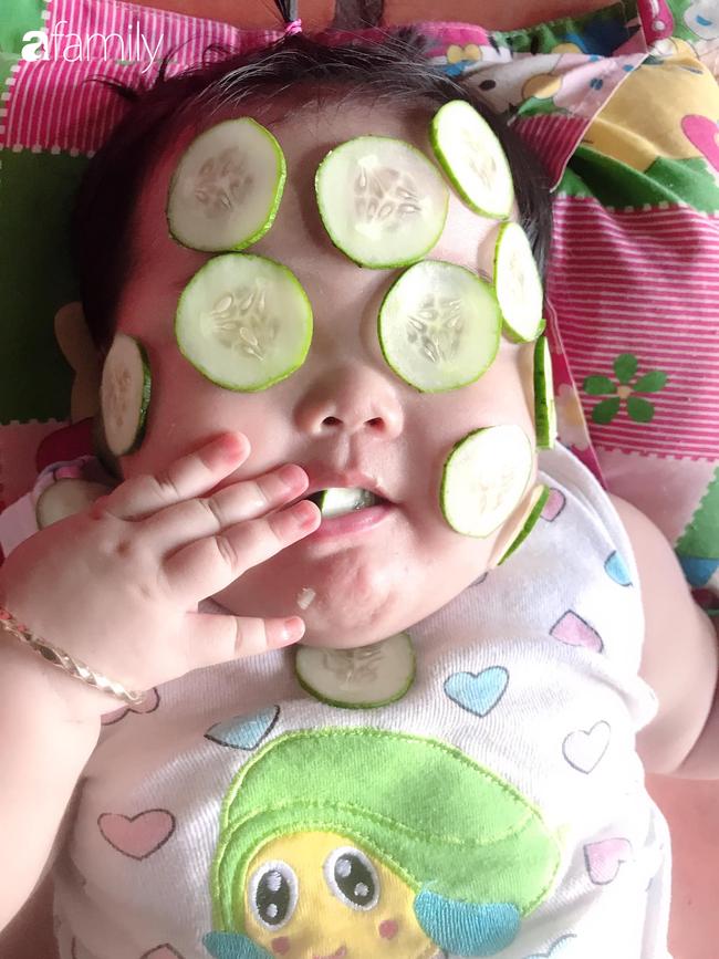 Đang được mẹ đắp mặt nạ dưa leo, bé gái bất ngờ lén lút làm một điều khiến ai thấy cũng phải cười nghiêng ngả - Ảnh 3.