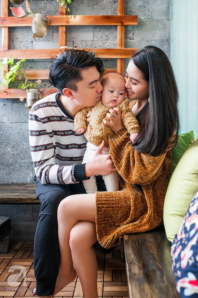 Lần đầu khoe ảnh gia đình, ca nương Kiều Anh khiến ai cũng bất ngờ vì gen đẹp toàn tập, mẹ trẻ trung, em trai chuẩn soái ca - Ảnh 1.