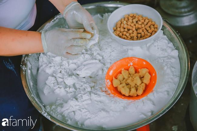Phố phường vắng tanh, nhưng những quán bánh trôi bánh chay nổi tiếng Hà thành vẫn đông nghịt trước ngày Tết Hàn thực - Ảnh 10.