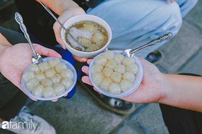 Phố phường vắng tanh, nhưng những quán bánh trôi bánh chay nổi tiếng Hà thành vẫn đông nghịt trước ngày Tết Hàn thực - Ảnh 6.