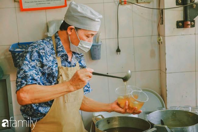Phố phường vắng tanh, nhưng những quán bánh trôi bánh chay nổi tiếng Hà thành vẫn đông nghịt trước ngày Tết Hàn thực - Ảnh 1.