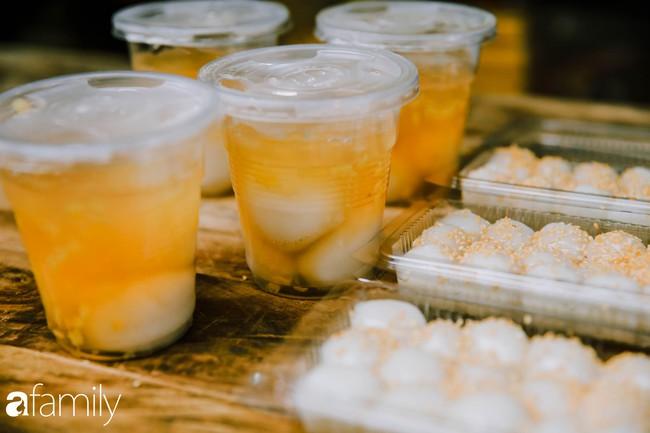Phố phường vắng tanh, nhưng những quán bánh trôi bánh chay nổi tiếng Hà thành vẫn đông nghịt trước ngày Tết Hàn thực - Ảnh 12.