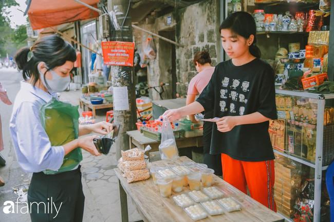 Phố phường vắng tanh, nhưng những quán bánh trôi bánh chay nổi tiếng Hà thành vẫn đông nghịt trước ngày Tết Hàn thực - Ảnh 14.