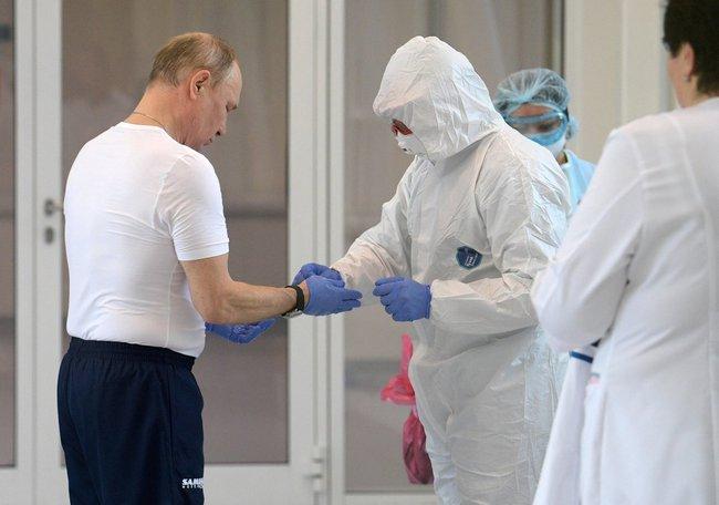 Hình ảnh thân thiện đáng quý của Tổng thống Nga Putin: Mặc đồ bảo hộ đến tận nơi thăm hỏi bệnh nhân Covid-19 - Ảnh 1.