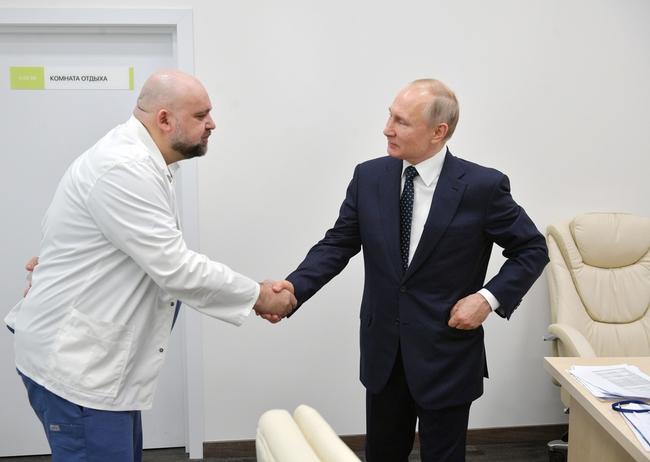Hình ảnh thân thiện đáng quý của Tổng thống Nga Putin: Mặc đồ bảo hộ đến tận nơi thăm hỏi bệnh nhân Covid-19 - Ảnh 5.
