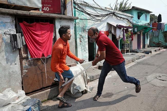 """Ấn Độ trong ngày đầu phong tỏa 1,3 tỷ dân: Phạt ngồi xổm, đánh roi người vi phạm và muôn kiểu """"tránh xa nhau"""" nơi công cộng - Ảnh 6."""