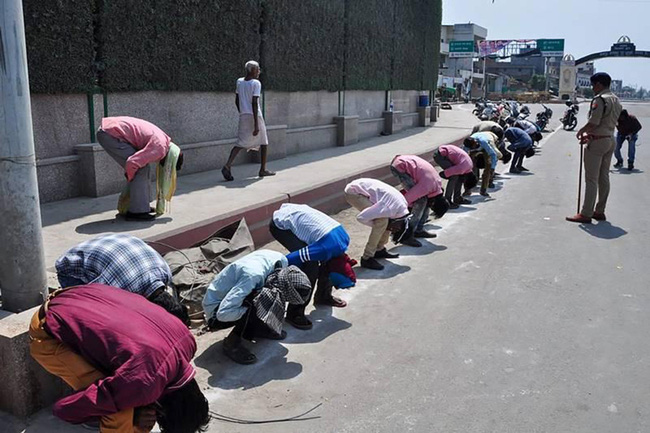 """Ấn Độ trong ngày đầu phong tỏa 1,3 tỷ dân: Phạt ngồi xổm, đánh roi người vi phạm và muôn kiểu """"tránh xa nhau"""" nơi công cộng - Ảnh 9."""