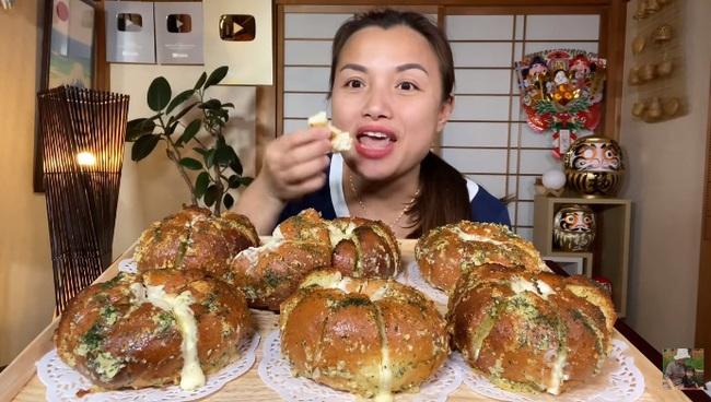 Cũng đu trend làm bánh mì bơ tỏi phô mai, Quỳnh Trần JP khiến ai nấy ngỡ ngàng với tay nghề thành thạo đến nỗi đầu bếp cũng phải gật gù - Ảnh 4.