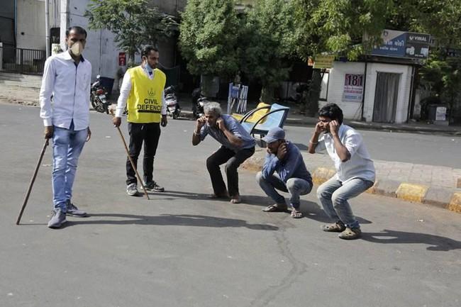 """Ấn Độ trong những ngày phong tỏa 1,3 tỷ dân: Phạt ngồi xổm, đánh roi người vi phạm và muôn kiểu """"tránh xa nhau"""" nơi công cộng - Ảnh 5."""